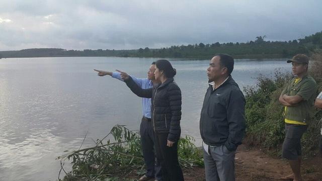 Bà Tôn Thị Ngọc Hạnh – Phó Chủ tịch UBND tỉnh Đắk Nông (áo đen) trực tiếp chỉ đạo công tác cứu nạn