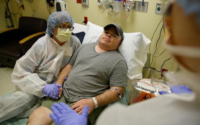 Brian Madeux, 44 tuổi, cùng với bạn gái Marcie Humphrey, đang chờ nhận liệu pháp chỉnh sửa gen người đầu tiên