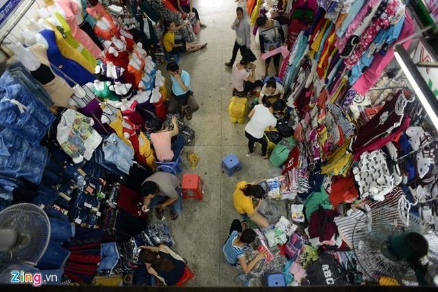 Quần áo ở các chợ đầu mối trên nếu không là hàng Trung Quốc thì sẽ là hàng nhái, hàng giả các thương hiệu nổi tiếng, vải không rõ nguồn gốc.