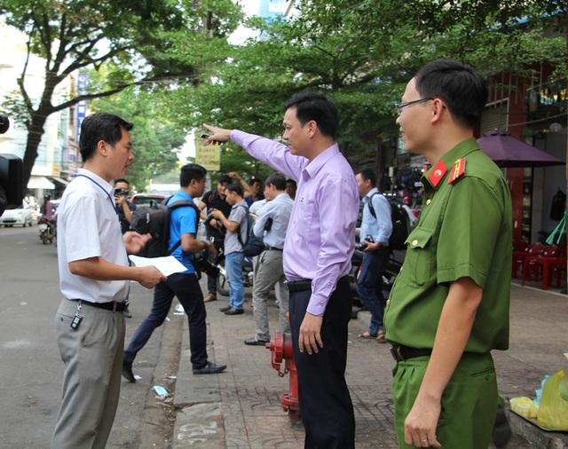 Phó Chủ tịch TP chỉ đạo lực lượng chức năng xử lý việc dẹp chợ