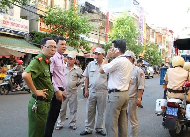 Ông Vũ Văn Hưng – Phó Chủ tịch UBND TP Buôn Ma Thuột (áo tím) xuống đường chỉ đạo công tác giải tỏa chợ đêm.