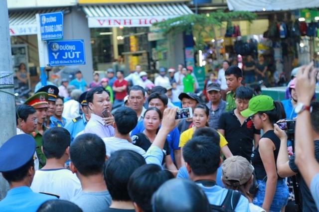 Các tiểu thương vây xung quanh Phó Chủ tịch UBND TP Buôn Ma Thuột, phản đối việc dẹp chợ đêm.