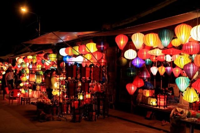 Những chiếc đèn lồng đặc trưng cho chợ đêm Hội An.