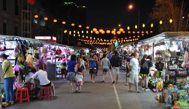 Chợ đêm ở thành phố biển Nha Trang là một trong những chợ đêm nổi tiếng của Việt Nam.