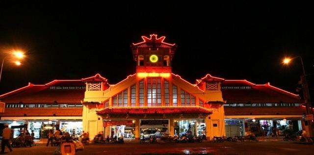 Cổng chợ đêm Tây Đô