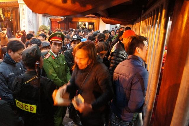 Đến sáng ngày 11 tháng 2 (tức 15 tháng Giêng, Âm lịch) lượng người xin ấn tại đền Trần vẫn rất đông đúc.