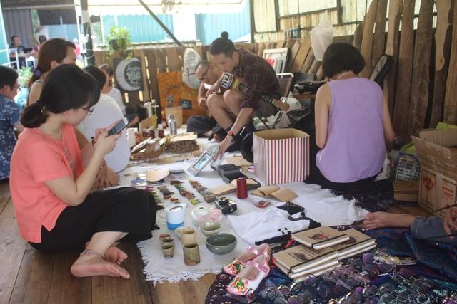 Góc bán phụ kiện, đồ trang sức, bình trồng cây của chị Trang tại chợ phiên lần này. (Ảnh: Hồng Vân)