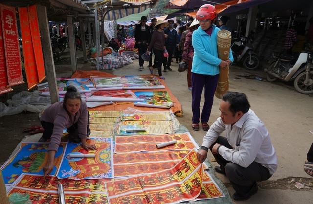 Câu đối đỏ được bày bán tại chợ Dinh trong phiên chợ cuối năm.