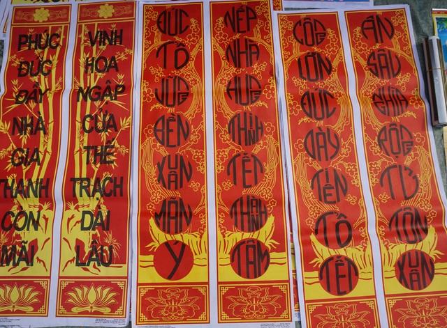 Có lẽ đây là phiên chợ quê hiếm hoi ở Nghệ An còn bày bán câu đối vào dịp Tết Nguyên đán.