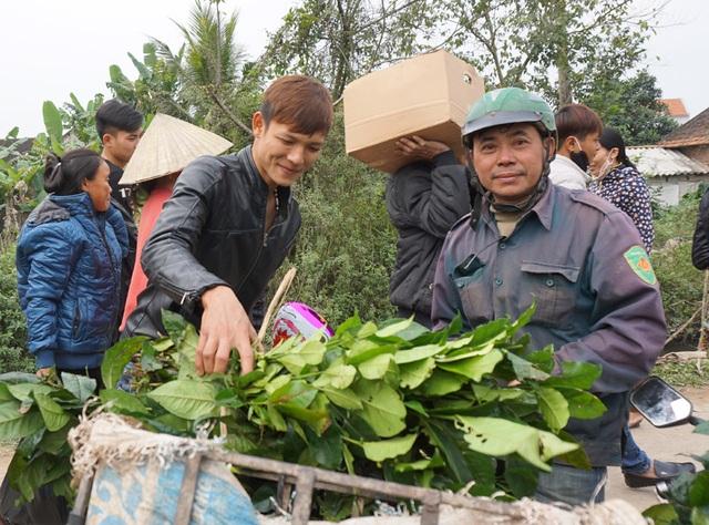 Không giống các vùng khác sử dụng trả làm nước uống, người dân Yên Thành vẫn chuộng nước chè xanh đặc sánh, vừa chát, vừa đậm đà sau bữa cơm ngày Tết ê hề thịt cá. Mặc dù Tết nhưng giá chè xanh chỉ tăng thêm so với ngày thường 2.000 đồng mỗi bó.