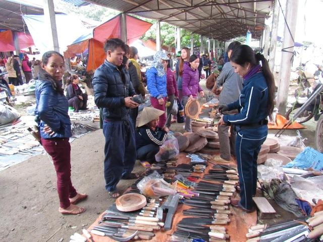 Hàng dao và liềm cũng được đem bán.
