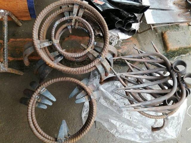 Những cái kiềng, cái cào được những thợ rèn ở Thanh Chương làm đem bán ở chợ quê trong ngày Tết.