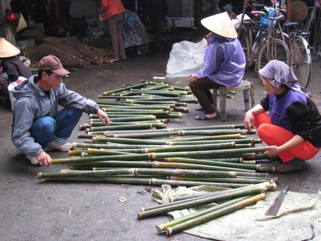 Mặt hàng lá dong, cây giang được đưa từ rừng ra bán với số lượng lớn và thu hút người mua.
