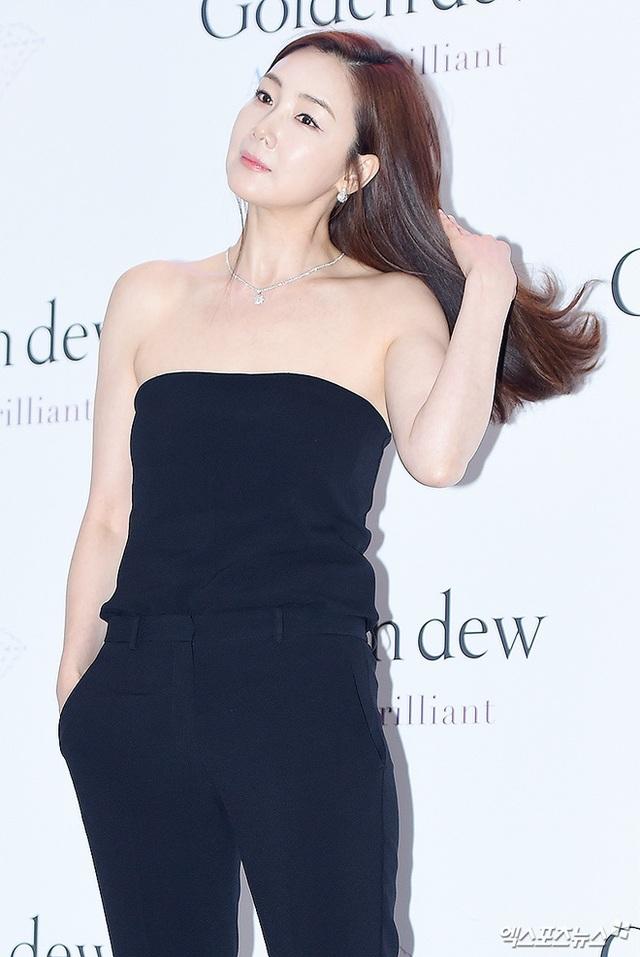 Cận cảnh gương mặt và làn da không tì vết của Choi Ji Woo