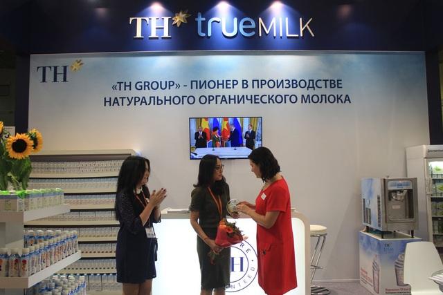 Đại diện Ban tổ chức trao giải Sản phẩm mới xuất sắc nhất cho TH true MILK Organic
