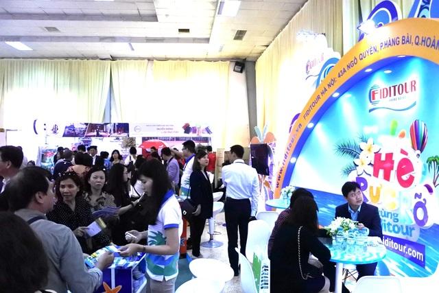 Một gian hàng trong hội chợ thu hút khá đông người tham quan