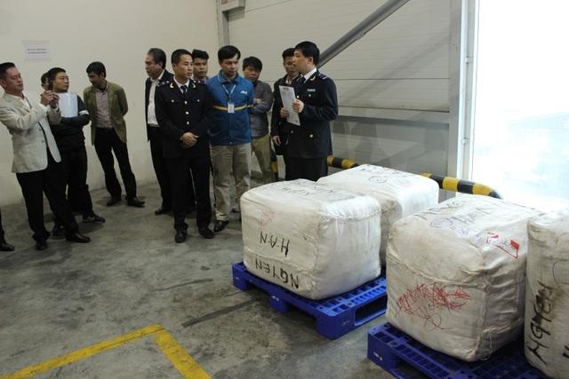Tạm giữ lô hàng nghi ngờ chứa lá Khát để sản xuất ma túy đá - 3