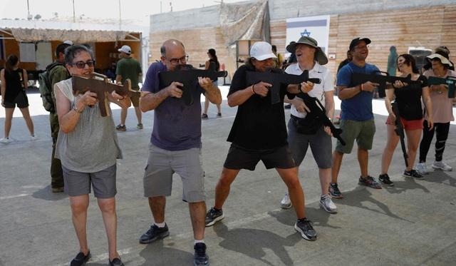 Dan Cohen, 49 tuổi, đến từ Caracas đã đăng ký cho gia đình tham gia khóa học. Trong khi các con ông chơi súng sơn thì ông và vợ tham gia khóa học hướng dẫn sử dụng vũ khí tự động và cách phản ứng khi có tấn công khủng bố xảy ra. Điều quan trọng hơn cả, ông Cohen muốn biết những người lính Israel đã đưa ra quyết định nhanh chóng trong tình huống nguy cấp như thế nào.