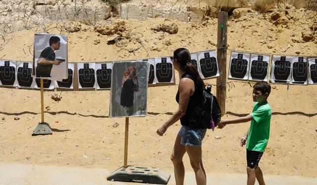 """Caliber 3 đã thuê người hướng dẫn giàu kinh nghiệm có tên Cohen, 41 tuổi. Ông từng là một tay súng bắn tỉa và là thành viên trong đơn vị cảnh sát tinh nhuệ của Israel. """"Tôi sẽ cho các bạn thấy cách thức mà quân nhân Israel chiến đấu với những kẻ khủng bố"""", ông cho biết."""