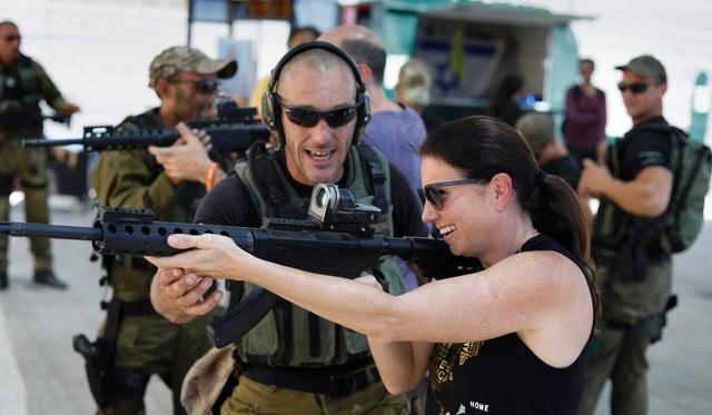 Đã có khoảng 25.000 du khách tham dự các khóa học mỗi năm, phần lớn đến từ Mỹ, nhưng cũng có các du khách từ Trung Quốc, Canada và các quốc gia Nam Mỹ. Để tham gia khóa học chống khủng bố, mỗi khách du lịch trả khoản phí 100 USD. Trong một buổi đào tạo, người huấn luyện sẽ tạo ra tình huống tấn công khủng bố giả lập, tấn công bằng súng, dao nhằm hướng dẫn cách ứng phó cho những học viên.