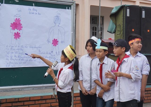 Các em học sinh lớp 6, lớp 7 thuyết trình về nhận diện các hành vi xâm hại tình dục trẻ em