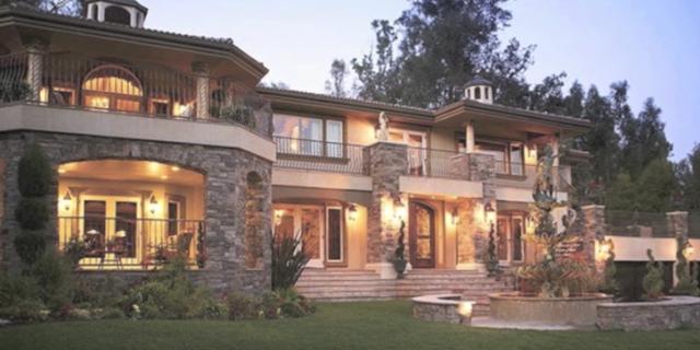 Dù chỉ được thuê để quay mặt tiền, ngôi nhà này vẫn được thuê với giá 36.000 USD/ngày. (Nguồn: Youtube)