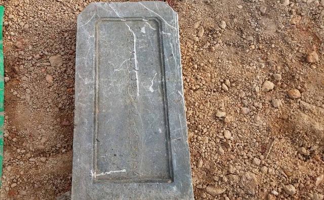Việc tìm ra tấm bia đá là bằng chứng quan trọng chứng minh ngôi mộ vua đã bị san ủi trái phép trong khi mặt bằng chưa bàn giao