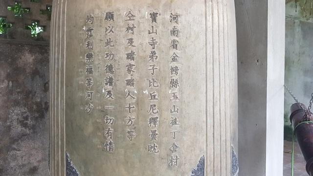 Trên quả chuông đồng này có khắc rất nhiều chữ xung quanh
