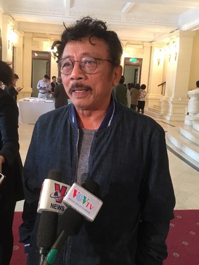 Nhà văn Chu Lai trả lời phỏng vấn của phóng viên báo Dân trí. Ảnh: Hà Tùng Long.