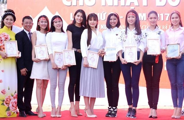 Ngày hội còn có sự tham gia của nhiều người đẹp như: Hoa hậu Mỹ Linh, Á hậu Diễm Trang, Á hậu Thuỳ Dung... Trên sân khấu sự kiện, dàn người đẹp có dịp chia sẻ cảm xúc.