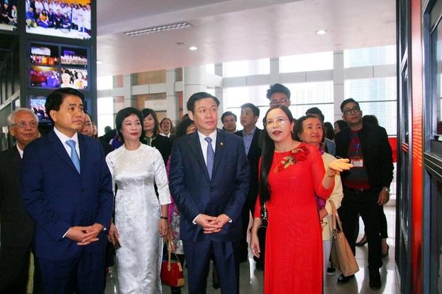Phó Thủ tướng Vương Đình Huệ và Chủ tịch UBND TP Hà Nội Nguyễn Đức Chung thăm không gian truyền thống.