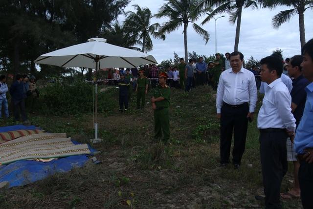 Chủ tịch UBND TP Đà Nẵng Huỳnh Đức Thơ cũng đã đến hiện trường để thăm hỏi, động viên người thân của các nạn nhân.