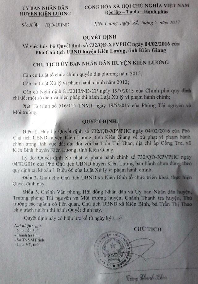 Sau khi chị em bà Trần Thị Bình nộp đơn khởi kiện 02 quyết định xử phạt hành chính của Phó Chủ tịch UBND huyện Kiên Lương, mới đây Chủ tịch huyện này ra văn bản thu hồi 02 quyết định xử phạt