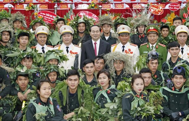 Chủ tịch nước Trần Đại Quang với các chiến sĩ của Tiểu đoàn Cảnh sát Đặc nhiệm số 1. Ảnh: Nhan Sáng-TTXVN