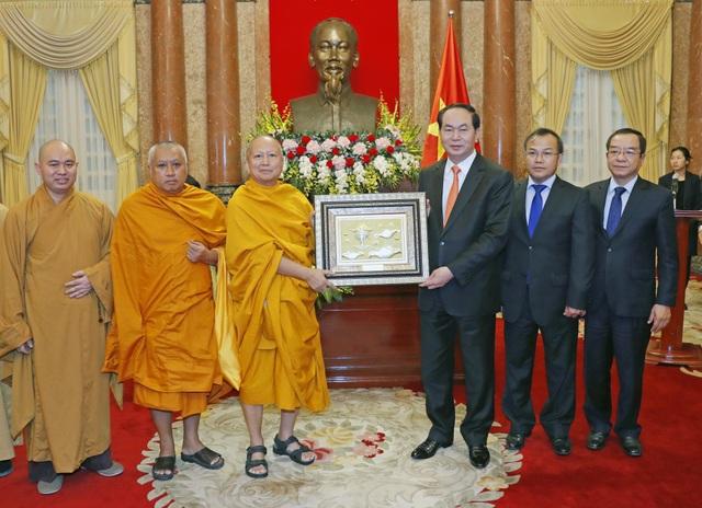 Chủ tịch nước Trần Đại Quang tặng quà cho Đoàn đại biểu Phật giáo Việt Nam tại Thái Lan. Ảnh: Nhan Sáng-TTXVN
