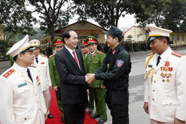 Chủ tịch nước Trần Đại Quang với các cán bộ, sĩ quan chỉ huy. Ảnh: Nhan Sáng-TTXVN