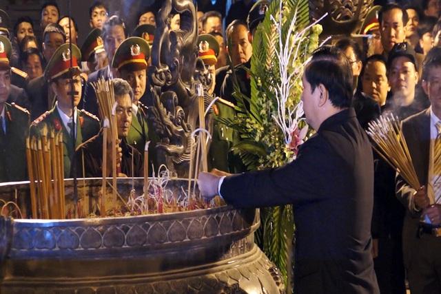 Chủ tịch nước Trần Đại Quang dâng hương trước ban thờ Trung thiên đền Thiên Trường
