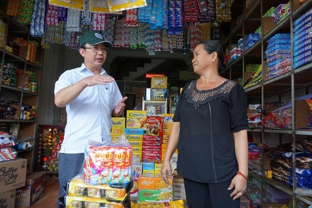 Chủ tịch UBND quận 1 Trần Thế Thuận hỏi thăm tình hình buôn bán của người dân sau đợt ra quân chấn chỉnh trật tự đô thị