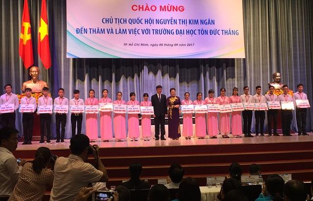 Chủ tịch Quốc hội Nguyễn Thị Kim Ngân trao 20 suất học bổng đến tân sinh viên có hoàn cảnh khó khăn.