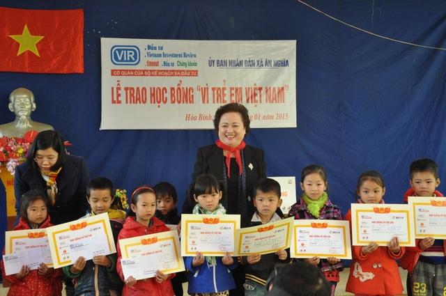 Bà Nguyễn Thị Nga – Chủ tịch HĐQT SeABank trao học bổng cho các em học sinh nghèo xã Ân Nghĩa, huyện Lạc Sơn, Hòa Bình