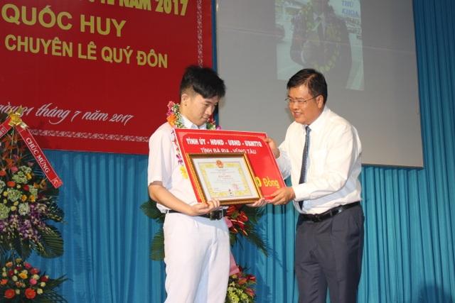 Ông Nguyễn Văn Trình, Chủ tịch UBND tỉnh Bà Rịa - Vũng Tàu tặng thưởng cho em Quốc Huy.