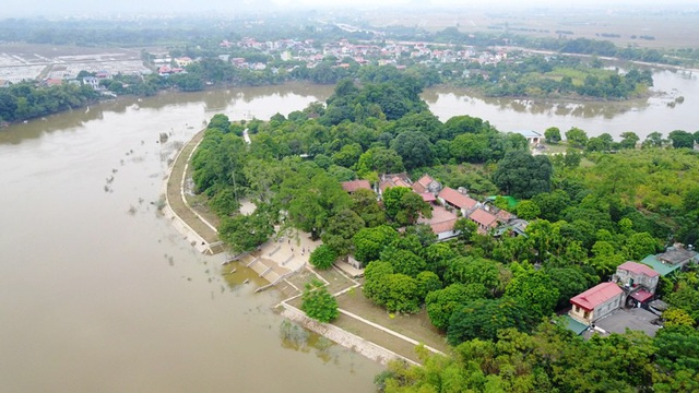 Chùa Bà Đanh nằm cạnh sông Đáy