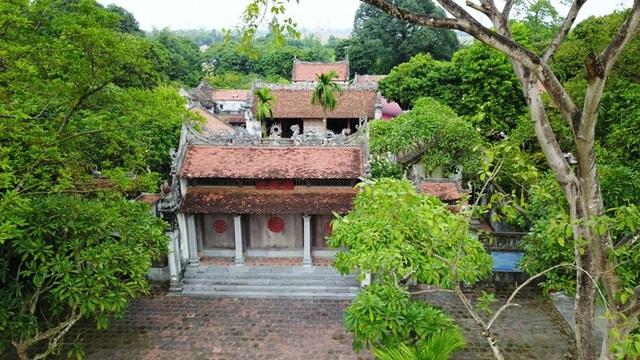 Tương truyền rằng vào thế kỷ thứ VII, đây là một ngôi đền nhỏ thờ tứ pháp (Pháp Vân, Pháp Vũ, Pháp Lôi, Pháp Điện). Đến thời Lê Huy Tông (1675 - 1750), chùa được xây dựng đàng hoàng và to đẹp hơn.