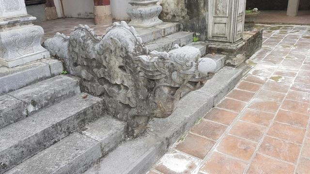 Một chiếc đầu rồng ngay trước cửa lối vào trong chùa