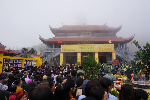 Ước tính có hàng vạn du khách thập phương có mặt tại chùa Đại Tuệ vào sáng ngày 5/2.
