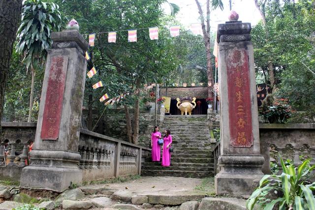 Cổng chùa Chân Tiên