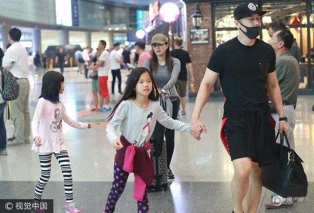 Chung Lệ Đề và chồng, Trương Luân Thạc, thu hút sự chú ý của giới truyền thông khi xuất hiện tại sân bay Băc Kinh, Trung Quốc, ngày 11/7.