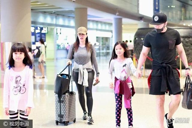 Luân Thạc nắm tay cô con gái thứ ba của Chung Lệ Đề trong khi nữ diễn viên 47 tuổi đẩy hành lý. Chung Lệ Đề và Luân Thạc làm đám cưới vào năm ngoái sau gần 2 năm hò hẹn. Luân Thạc không ngại khi vợ anh đã hai qua lần đò và có tới 3 cô con gái riêng.