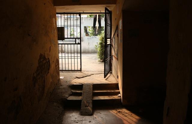Bên trong căn nhà luôn tối tăm ẩm thấp, nhiều mảng vữa tường không còn nguyên vẹn.