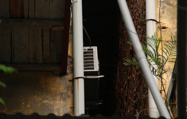 Phần bị nứt phía sau của nhà G6A, một hộ gia đình ở nhà G6B đã tận dụng khoảng trống để treo cả cục nóng điều hòa
